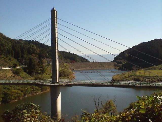 ダムに架かる橋