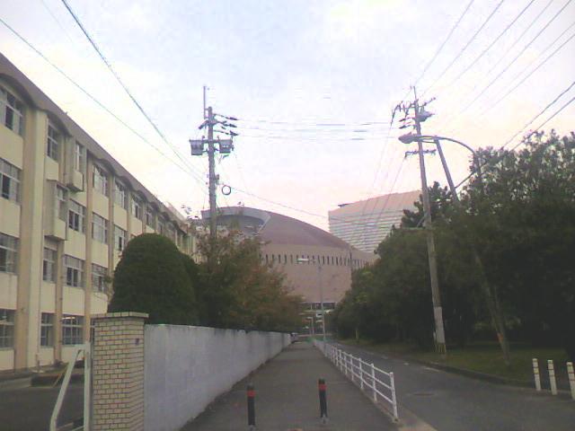 中学校とドーム
